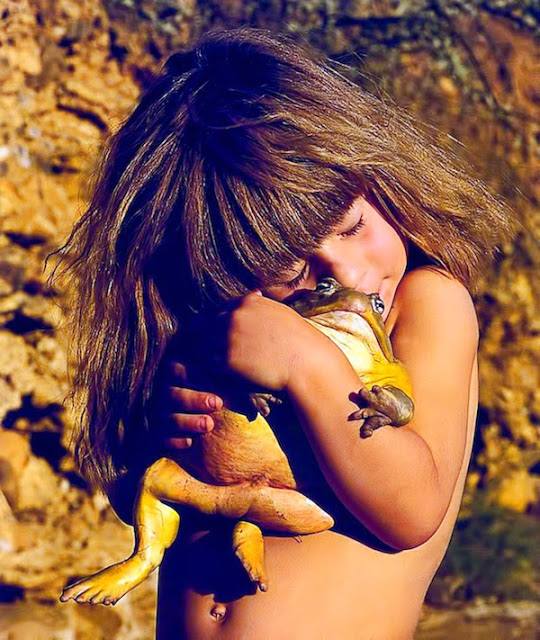 Girl Growing Up Alongside Wild Animals In Africa_04